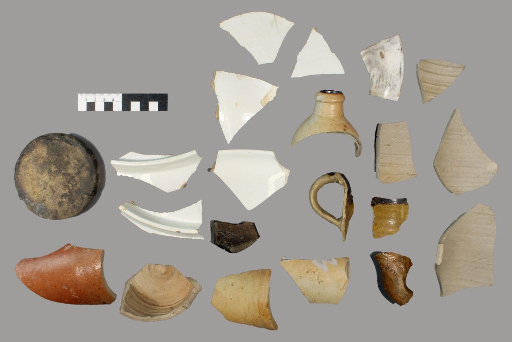 Keramikfragmente von Mineralwasserflaschen und Gebrauchsgeschirr